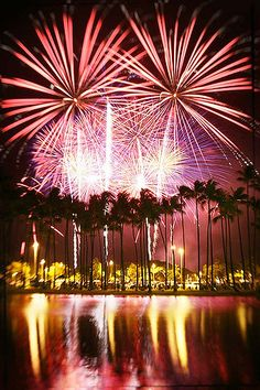 Fireworks in Honolulu is displayed every Fridays at the Hilton Hawaiian Village. - I sat on the beach watching these fireworks drinking a lava flow! Words cannot express how awesome that was! Hawaii Five 0, Aloha Hawaii, Hawaii Vacation, Hawaii Travel, Dream Vacations, Honolulu Hawaii, Wedding Fireworks, Fireworks Cake, Beautiful Places