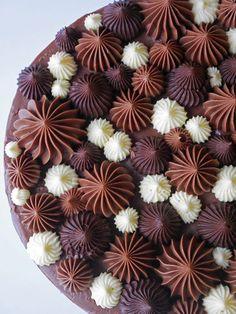 En lättbakad kladdig chokladbotten toppad med Nutella- och vit chokladfrosting   brinkenbakar