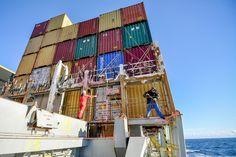 Ils sont les fourmis du commerce international. Des milliers de matelots laissent leur famille derrière durant des mois pour transporter des marchandises d'un bout à l'autre du monde. Notre collègue Thomas Lejouan a partagé leur quotidien.