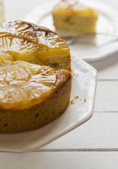 La torta invertida de ananá es una de esas cosas ochentosas que me siguen pareciendo deliciosas. Se que por ahí da un poquitin de miedo hacer tortas con caramelo, pero si hubiesen visto la torta es…