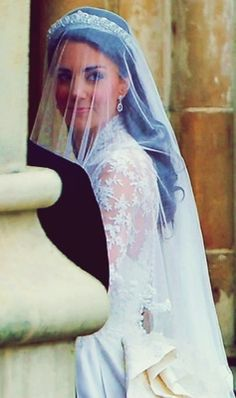 Kate Middleton ♥ entering Westminster Abbey for her wedding to Prince William. One last look...