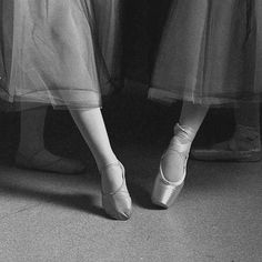 Every ballet dancer wants to dance en pointe. But not every ballet dancer should. How will your teacher decide if you are ready? And what can you expect from a pointe class? Ballet Class, Dance Class, Ballet Dancers, Dance Studio, Ballet Art, Dance Movement, Ballerinas, Ballet Pictures, Dance Pictures