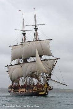 L'Hermione | Réplique de la frégate de La Fayette, construite à Rochefort. Elle a effectué une transat vers l'Amérique en 2015. | L'histoire de cette épopée est à retrouver dans le Chasse-Marée : http://www.chasse-maree.com/numeros-251-a-300/7204-chasse-m