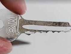 Il chauffe une clé avec un briquet et la colle sur du ruban. Ce qu'il en fait ensuite est astucieux! - Trucs et Astuces - Trucs et Bricolages