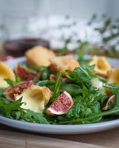 Ich liebe Feigen und diesen Salat. Rucolasalat mit frittiertem Käseecken, warmen Honig-Feigen und einer Feigensenf-Vinaigrette. LECKER! Das Rezept gibt es auf meinem Foodblog aus Köln.
