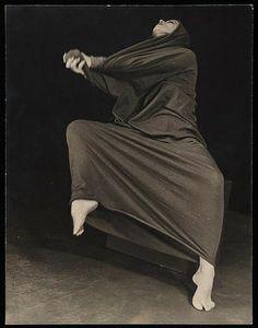 "Barbara Morgan, Portrait of Martha Graham in ""Lamentation"", 1935 Martha Graham, Contemporary Dance, Modern Dance, Barbara Morgan, Ballet Russe, Dance Like No One Is Watching, Dance Movement, American Modern, Body Poses"