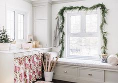 Holiday Home Tour - Simple Christmas Decor Ideas - The Ginger Home Christmas Fireplace, Fireplace Mantle, Design A Space, Diy Design, Simple Christmas, Christmas Home, Outdoor Screen Room, Window Hanging, Dining Nook