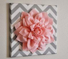 idée comment faire une fleur en tissu, décoration murale grosse fleur rose sur une planche décorée de tissu à motifs géométriques