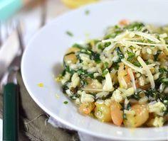 Romige risotto met knoflook, garnalen en spinazie. Besprenkeld met een beetje citroenrasp en natuurlijk Parmezaanse kaas, yum! Bekijk snel het recept.