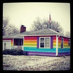 So demonstriert Aaron Jackson aus Kansas für Gleichheit der sexuellen Orientierung.