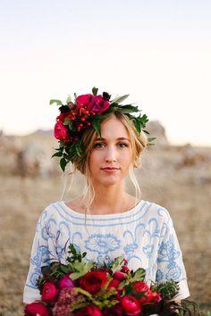 Une robe de mariée simple mais une couronne de fleurs à tomber