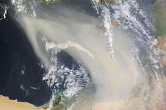Sur cette photo vous distinguerez en bas à droite les côtes de l'Egypte (le Nil se trouve dans la zone verte dans le bas). La longue traînée qui traverse l'image n'est autre qu'une tempête de sable traversant la Méditerranée pour atteindre Chypre et le sud de la Grèce. © NASA