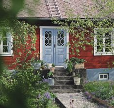 A country house on Gotland with vintage decor and a dreamlike garden Cottage Porch, Cottage Exterior, Garden Cottage, Style At Home, Swedish Cottage, Sweden House, Red Houses, Wooden Buildings, Cottage Design