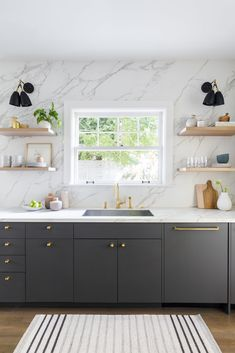 Visit a Dutch colonial house in Portland that unites old and new luxe kitchen backsplash ideas: marble slab, Home Decor Kitchen, Interior Design Kitchen, New Kitchen, Home Kitchens, Kitchen Ideas, Dutch Kitchen, Cherry Kitchen, Modern Kitchens, Kitchen Modern