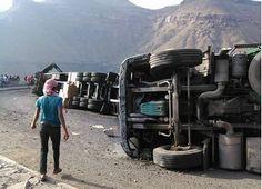 """#موسوعة_اليمن_الإخبارية l بالصور.. انقلاب جماعي لشاحنات في """"نقيل الجماعي"""" بإب"""