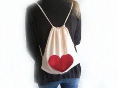 Jutebeutel / Rucksack ohne Sprüche: Der Turnbeutel ist ein echter Hingucker und kann als Rucksack getragen werden. Das rote Herz ist handgemalt in liebevoller Handarbeit entstanden. Erhältlich bei Fräulein Wolle!
