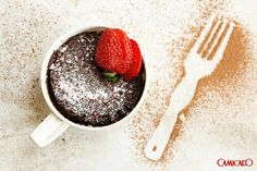 sempre foi uma ótima ideia. Agora imagine um bolo de chocolate coberto com açúcar de confeiteiro e morango. É para deixar qualquer um com vontade.