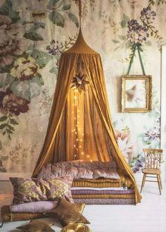 coin lecture avec tipi ou cabane : déco en coussins colorés et superposition de plaids et couvertures