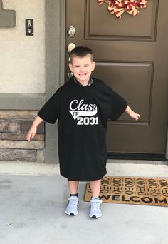 Class of 2032 Kindergarten Shirt - First Day Of School Tee - Back To School - Grow With Me Shirt - Any Year Excited to share this item from my shop: Class of 2031 Kindergarten Shirt - First Day Of School Tee - Back To School - Grow With Me Shirt Kindergarten Outfit, Kindergarten Pictures, Kindergarten Shirts, Kindergarten First Day, First Day Of School Pictures, First Day Of School Outfit, Back To School Outfits, School Shirts, Kids Shirts