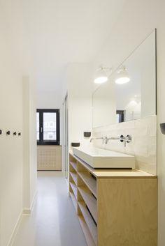 HAUS K Umbau und Sanierung  Neues Bad mit Mayolica Fliesen von Living Ceramics und Waschtischunterschrank aus Sperrholz mit Birkenfunier