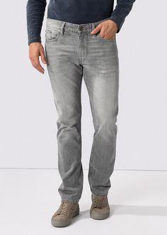 Gerade und körpernah geschnittene Jeans in einer körpernahen Konfektionierung. Die tolle hellgraue Vintage-Waschung wird mit leichten Used-Effekten bestens hervorgehoben. Aus 100% kompakter Baumwolle....