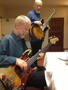 Dave Holland al basso elettrico sotto lo sguardo divertito di John Scofield