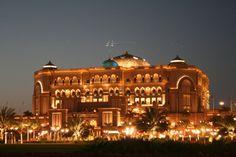 Localizado às margens do Golfo Pérsico, em sua praia particular com 1,3 km de extensão, o Emirates Palace da famosa rede Kempinski de hotéis é o símbolo da potência financeira dos Emirados.