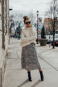 Leopard Outfits Trends to Keep in 2019 Classic Print Leopard Skirt Outfit Ideas Chunky Sweater Outfit Ideas What to Wear with your black booties Leopard Skirt Outfit, Leopard Outfits, Midi Skirt Outfit, Leopard Print Skirt, Winter Skirt Outfit, Cute Winter Outfits, Fall Outfits, Winter Outfits With Skirts, Midi Skirts