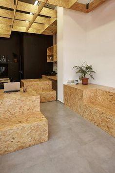 Material prático, resistente e barato, ele comprova sua versatilidade em múltiplos usos neste espaço de trabalho