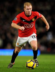 Paul Scholes Photos Photos - Paul Scholes of Manchester United runs with the ball during the Barclays Premier League match between Manchester United and West Ham United at Old Trafford on February 23, 2010 in Manchester, England. - Manchester United v West Ham United - Premier League