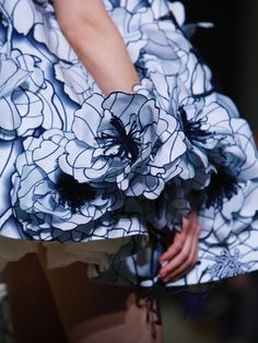 More wonderful Paris couture shows.Viktor and Rolf's collection is truly all about florals. Inspiration from Vincent Van Gogh's sunburnt countryside. African Inspired Fashion, African Print Fashion, African Prints, Live Fashion, Fashion Show, Fashion Design, Couture Fashion, Runway Fashion, Victor And Rolf