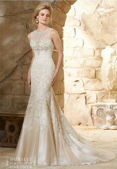 De prachtige kralen en halslijn geven deze jurk van Mori Lee een luxe uitstraling #morilee #gown #bride