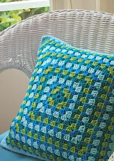 Granny Square Crochet Pillow - No Pattern - Inspiration Crochet Home, Love Crochet, Diy Crochet, Crochet Crafts, Crochet Projects, Crochet Ideas, Beautiful Crochet, Crochet Cushion Cover, Crochet Pillow Pattern
