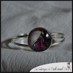 Bracelet métal avec illustration romantique dans les tons noir et fushia : Bracelet par fabriquedidiandco