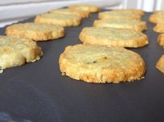 Small crispy shortbread cookies deliciously flavored with Roquefort. For 20 to 25 shortbread cookies Level: easy Ingredients: 100 g Roquefort salted butter ointment 120 g flour 1 tablespoon Polenta or fine semolina Take the butter out of the … Tapas, Shortbread, Appetizers For Party, Appetizer Recipes, Meat Recipes, Cake Recipes, Polenta, Savoury Biscuits, Gourmet