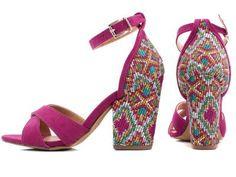 Sandália Feminina (Ref: 60631) - Boutique Shoes Torricella - Sandália feminina em material sintético na cor pink, fivela de ajuste regulável na cor ouro light, palmilha na cor natural, salto encapado em material sintético na estampa étnica colorida com 9 cm de altura, sola na cor natural.