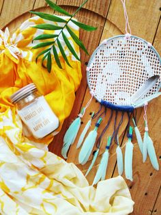 My DIY bohemian dreamcatcher in the summer vibes. Minty feathers and crochet.