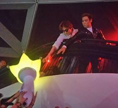 [150928 After party event @ Omni] Don't have to snatch for e lightstick bros~ (sharing is caring) #GTOP  ©mahishinee