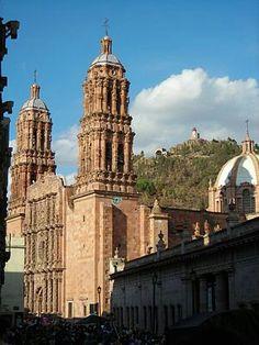 La Catedral de #Zacatecas, #Mexico, deja admirado a cada uno de los turistas que camine frente a ella. Los detalles sumamente delicados y su inmensa estructura la convierten en una de las más bonitas de todo el país.