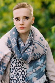 Make-up and hair inspiration via German model Lina Hoss, after Louis Vuitton, Paris, October Super Short Pixie Cuts, Short Hair Cuts, Short Hair Styles, My Hairstyle, Cool Hairstyles, Hairstyles Haircuts, Girls Short Haircuts, Vanessa Jackman, Bald Women