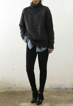 chemise en jean, pull col roulé, jean noir, bottines noires