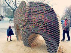 Escultura de elefante feita com 6000 tubos de papelão reciclados
