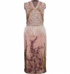 Vestidos são peças que funcionam bem o ano todo e você pode utilizá-los de várias maneiras. Do mais básico a alta costura, trabalhamos com profissionais que atendam ao gosto apuradíssimo de um público que procura na moda algo muito além das aparências. Descubra os detalhes do Vestido Bordado Rosa Com Plumas, da Ana Barros, clicando no link da imagem.