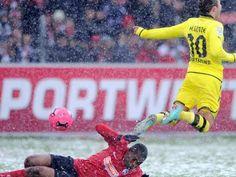 Freiburg Dortmund 0:2 / Snow fight with a pink ball
