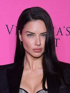 12 Stunning Dark Brown Hair Colors for Every Skin Tone No highlights or a tint of a lighter brunette shade here. Adriana Lima's hair is one shade of dark brunette, and it's stunning. Hair Lights, New Hair Colors, Brown Hair Colors, Trending Hairstyles, Bob Hairstyles, Adriana Lima Hair, Adriana Lima Makeup, Adriana Lima Style, Dark Hair