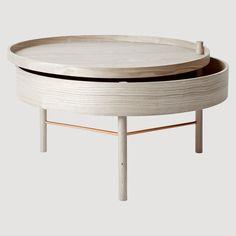 Turning Table fra Menu er designet av den tyske designeren Therese Arns. Målet var å skape ett bord hvor det skulle være plass til oppbevaring av magasiner, fjernkontroller og andre ting som ligger og slenger.