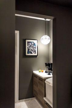 Πώς ένα μικρό διαμέρισμα στο κέντρο έγινε μια on a budget όαση! - Parallaxi Magazine Thessaloniki, Bathroom Lighting, Mirror, Furniture, Home Decor, Bathroom Light Fittings, Bathroom Vanity Lighting, Decoration Home, Room Decor