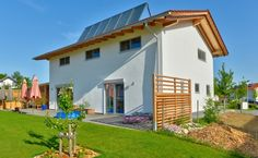 Ein Massivholzhaus mit Einliegerwohnung für die ältere Generation aus einheimischem Nadelholz mit einer ausgeklügelten Haustechnik bei der man sich die Sonne zu nutzen macht. So wird das Haus mit dem nachwachsenden Rohstoff Holz beheizt. Im Sommer und bei Sonnentagen übernimmt durch die große Solaranlage die Sonne diese Aufgabe. Im Sinne der Nachhaltigkeit gilt auch die Erhaltung der Gesundheit der Bewohner. ...
