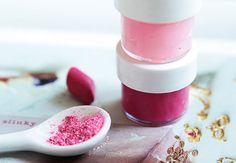 Φτιαξε το πιο εύκολο σπιτικό lip gloss με δυομόνουλικά Θα χρειαστείτε: - βαζελίνη - σκιά ματιών ή ρουζ σε σκόνη - Μικρό άδειο δοχείο 1. Γεμίστε δοχείο σας με βαζελίνη . 2. Ρίξτε από πάνω την αγαπημένη σας σκιά