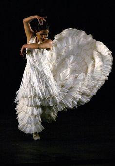 Eva la Yerbabuena est née à Grenade, en Espagne. Un simple mouvement de jupe et les pans d'une infinie solitude se soulèvent. Tels sont la force d'évocation, le pouvoir de fascination d'Eva la Yerbabuena. Dès son plus jeune âge, cette artiste a fait de...